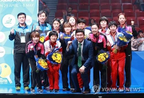 资料图:2018年5月6日,在瑞典哈尔姆斯塔德,韩朝女乒联队队员在2018年世界乒乓球团体锦标赛特别颁奖仪式上合影留念。(图片来源:韩联社)