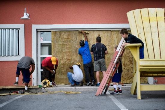 美飓风迈克尔逼近:加油站油品售罄 商店货架空空