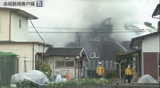 据日本《读卖新闻》当地时间2月5日下午五时许报道,日本佐贺县警方有消息显示,一自卫队的直升飞机在佐贺县神崎市千代田区的民宅中坠落。佐贺县警局对此正在进一步进行确认。  图片来自日本NHK 当地时间5日下午4时43分左右,有119报警电话称佐贺县神崎市千代田町的民宅,直升飞机坠落,冒出滚滚浓烟。警方对此正在进一步进行确认。据日本防卫省称,坠毁的是陆上自卫队的AH64D战斗直升机,在坠机前该直升机曾联络称预计着陆在目达原驻地。 坠机现场在千代田中部小学东北约300米处。据该学