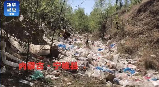 甘肃宁城一农村被垃圾围困:堆积成山 臭气熏天