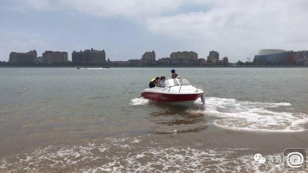 一方面在姐妹走失的万达公馆海滩附近调取监控,另一方面在海面搜索