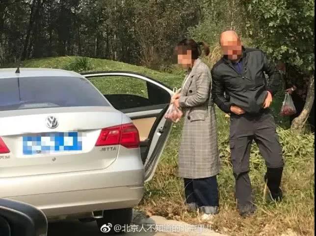 近日有网友在微博上曝出,自己在北京野生动物园自驾游览区观光时,发现几名游客走下车,采摘园内的野生山楂。对此北京野生动物园市场部回应,已将此事上报园方相关部门,并且正在调查。 根据这位网友的讲述,当时他与家人在北京野生动物园的自驾游览区观光,看见一辆银灰色的三厢轿车停在路边,车辆右侧的车门打开。在一旁的绿地上,两名成年人正在采摘园内山楂树上的果实,片刻间他们手中已经是满满一袋子的山楂。