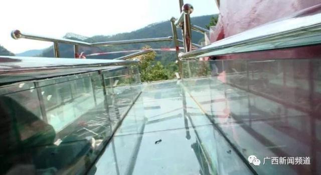景区玻璃滑道护栏被撞破,1人身亡6人受伤!游客:我刚刚站起来,
