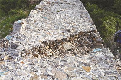 北京一明长城疑遭人破坏城墙被豁出2米多长口子