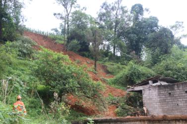 广西强降雨致山体滑坡压垮民房 已造成2人遇难