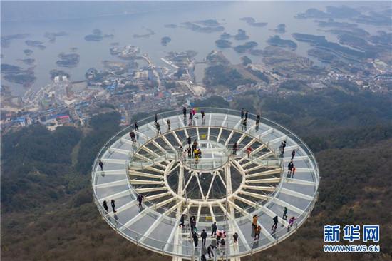 1月26日,游客在玻璃平台观赏仙岛湖风光(无人机拍摄).