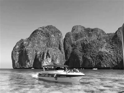 普吉岛的海面几分钟前还是风平浪静,唯美如画,几分钟后就有可能狂风