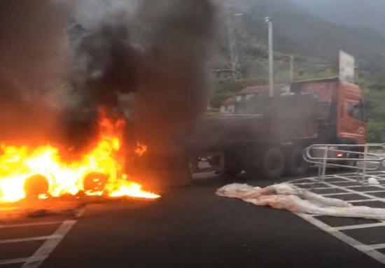 新闻中心 浙江新闻  在此次起火事故中,货车上所运输的30吨不锈钢原